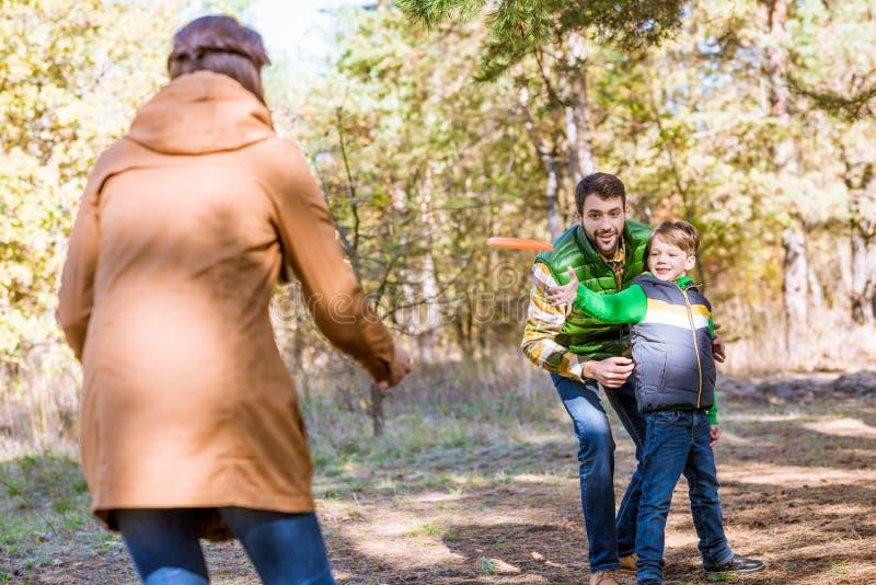 使用与飞碟的愉快的家庭 库存图片