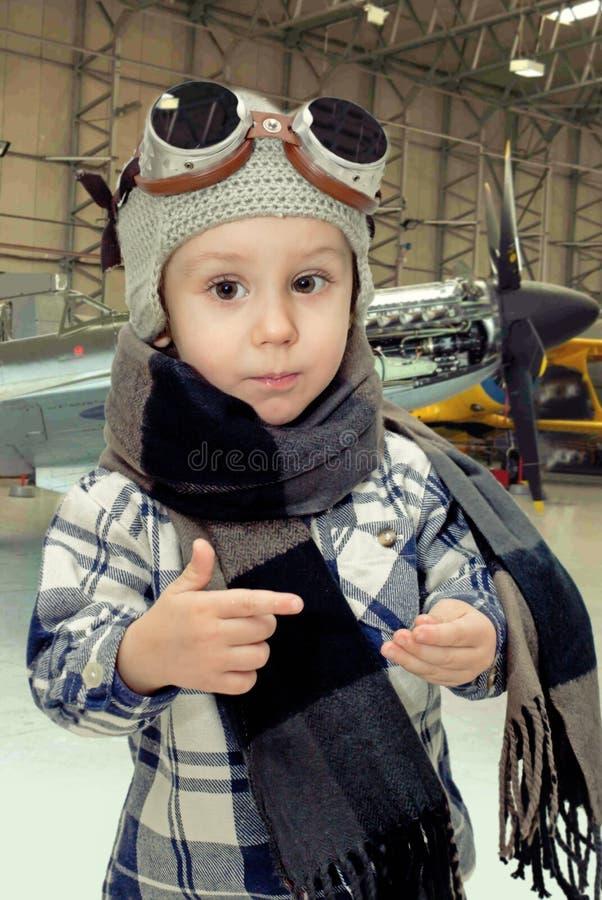 使用与飞行员帽子的男孩 库存照片