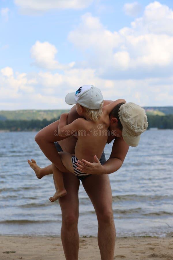 使用与年轻儿子的爸爸在河附近 库存图片