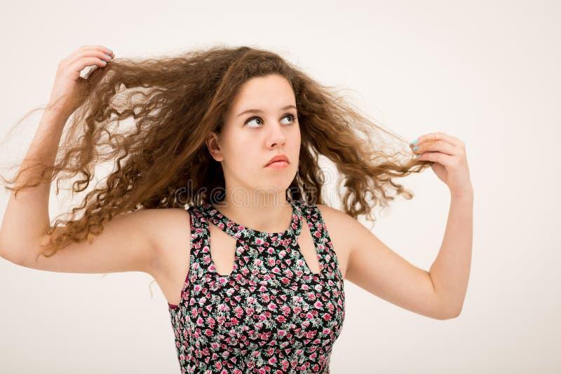 使用与头发的姜十几岁的女孩查寻 图库摄影