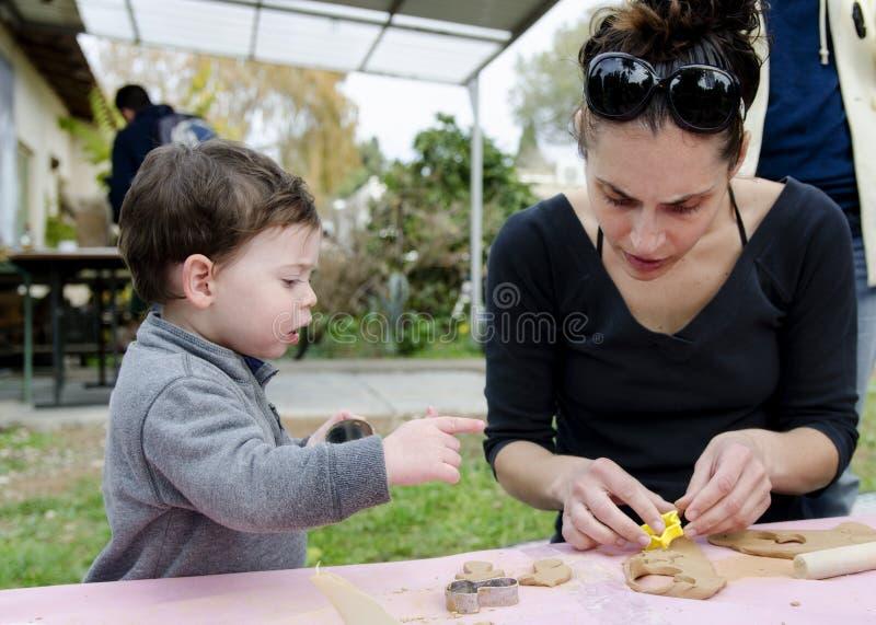 使用与黏土的母亲和小孩 库存图片