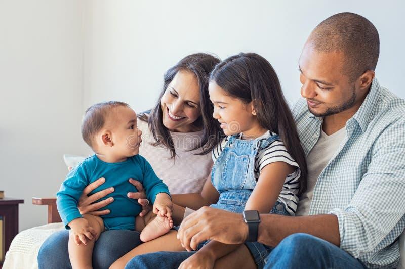 使用与婴孩的家庭 图库摄影