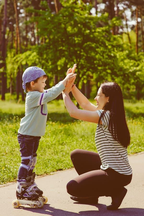 使用与他的母亲的男孩在公园 免版税库存照片