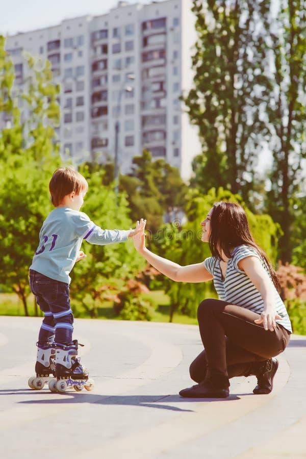 使用与他的母亲的男孩在公园 免版税库存图片