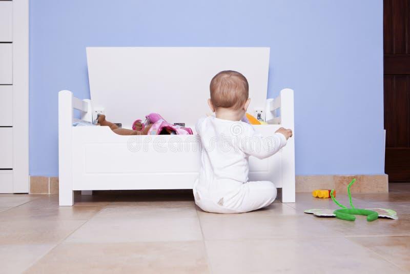 Download 使用与他的玩具树干的男婴 库存图片. 图片 包括有 学龄前儿童, 发展, 作用, 连裤外衣, 婴孩, 西班牙语 - 72369295