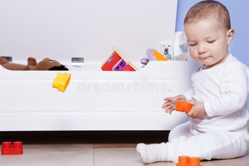 Download 使用与他的玩具树干的男婴 库存图片. 图片 包括有 增长, 学龄前儿童, 孩子, 小孩, 子项, 人员, 浓度 - 72369345