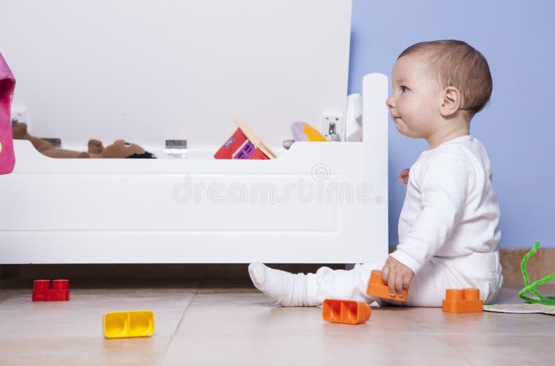 Download 使用与他的玩具树干的男婴 库存照片. 图片 包括有 发展, 小孩, 乐趣, 了解, 创造性, 学龄前儿童 - 72369372