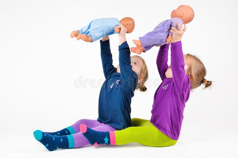 使用与dols的双婴孩 免版税库存图片