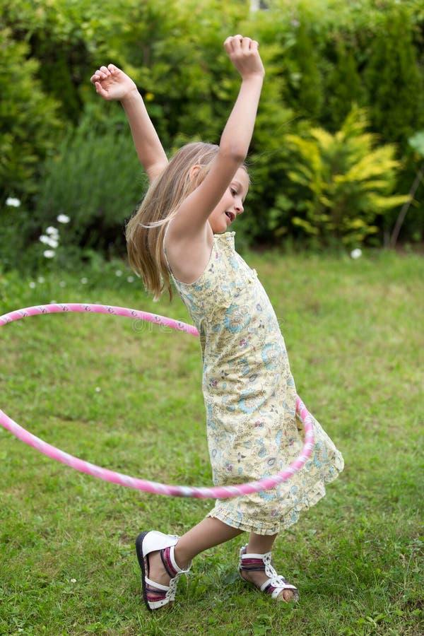 使用与hula箍的小女孩 免版税库存图片