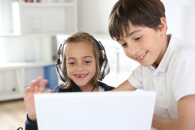 使用互联网和技术的孩子 免版税库存图片