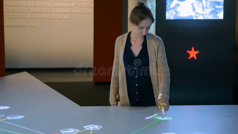 使用交互式触摸屏幕显示的妇女 库存照片