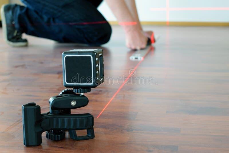使用交叉线激光的人 库存图片