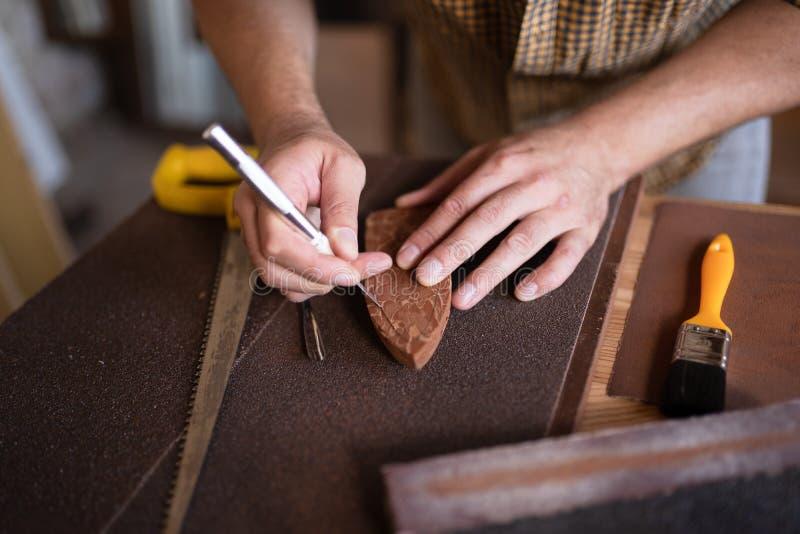 使用他的凿子的木匠 库存图片