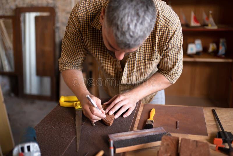 使用他的凿子的木匠 免版税库存图片