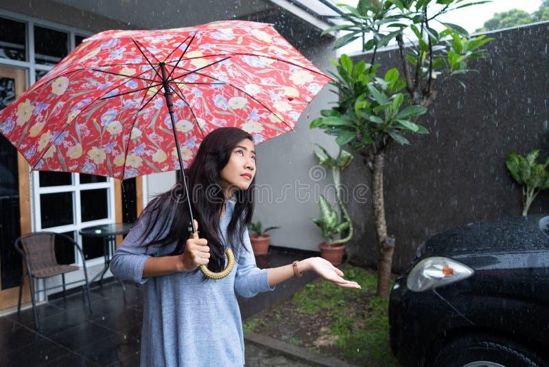 使用伞的妇女,当下雨时 免版税图库摄影