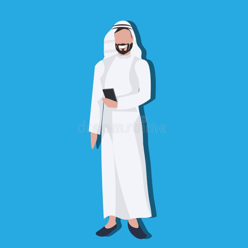 使用佩带传统衣裳阿拉伯商人男性卡通人物具体化蓝色的智能手机的阿拉伯商人 皇族释放例证