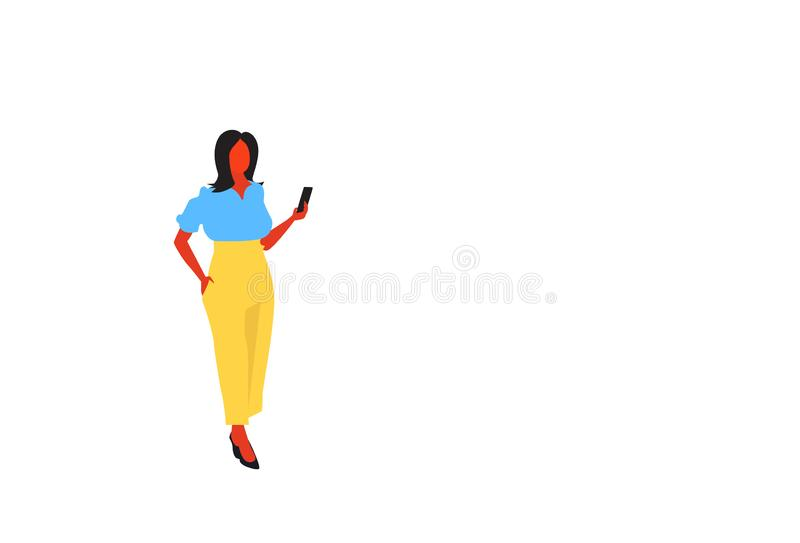 使用佩带典雅的衣裳女性办公室工作者女商人身分的智能手机的深色的女实业家充分摆在 库存例证