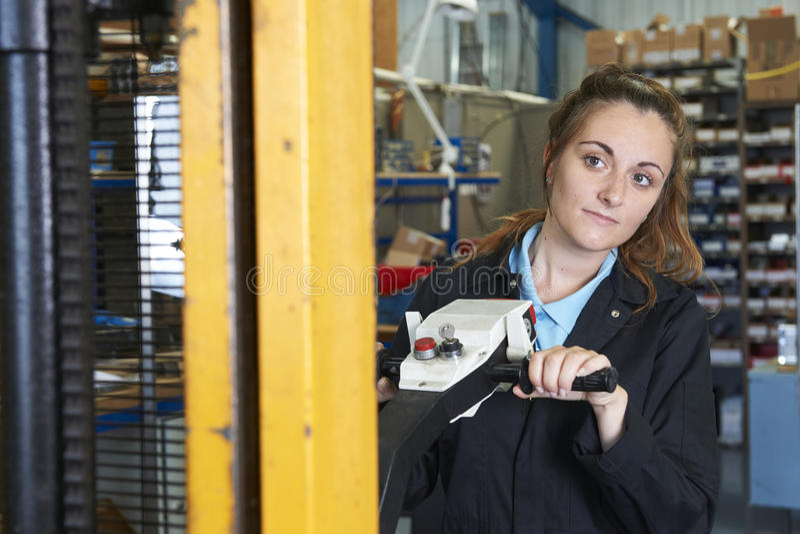 使用供给动力的铲车的工厂劳工装载物品 免版税库存照片