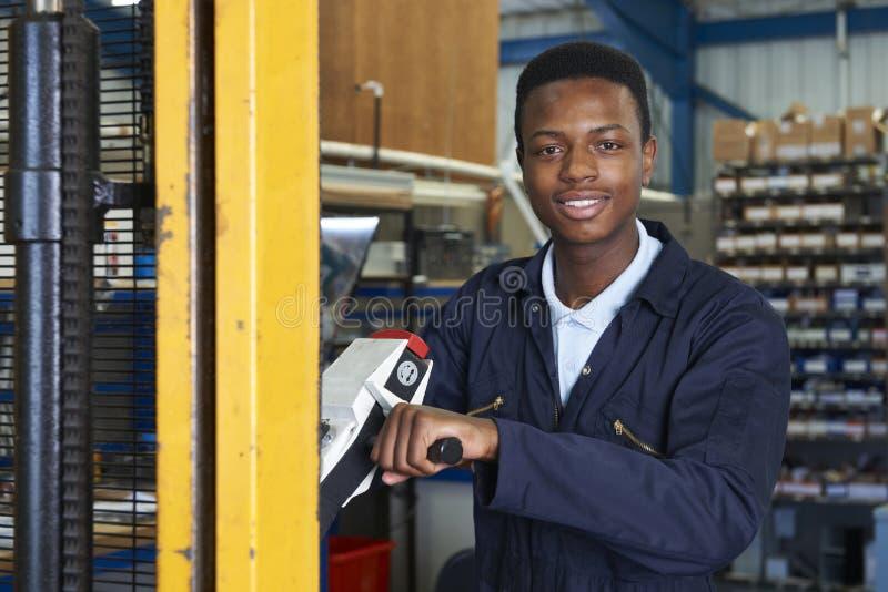 使用供给动力的铲车的工厂劳工装载物品 免版税库存图片