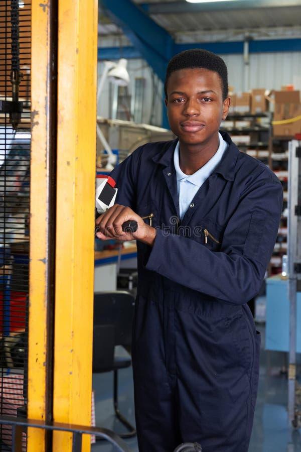 使用供给动力的铲车的工厂劳工装载物品 库存图片
