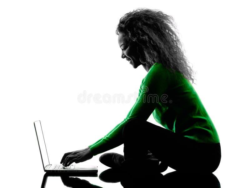 使用便携式计算机剪影的妇女被隔绝 免版税库存图片
