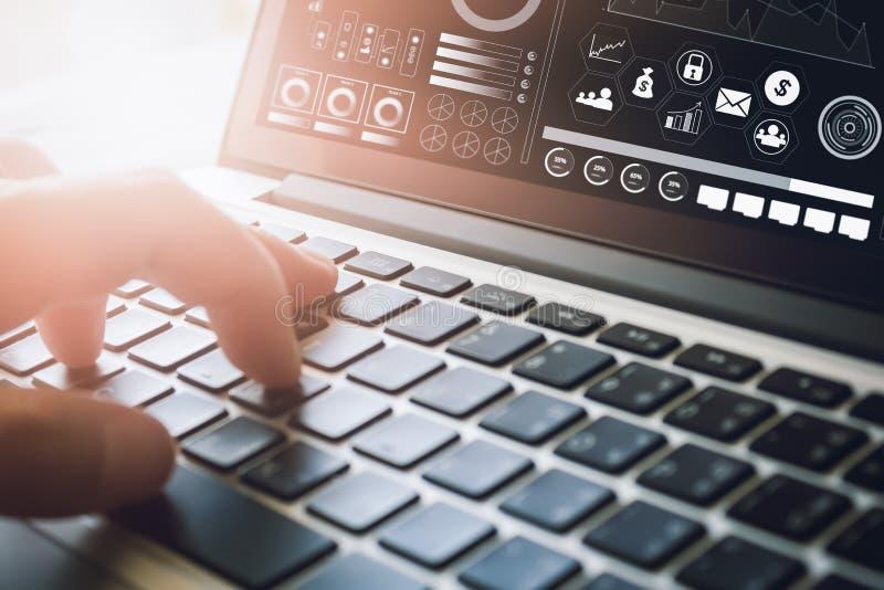 使用便携式计算机的商人在书桌上 在网上运作的概念 葡萄酒作用 免版税图库摄影