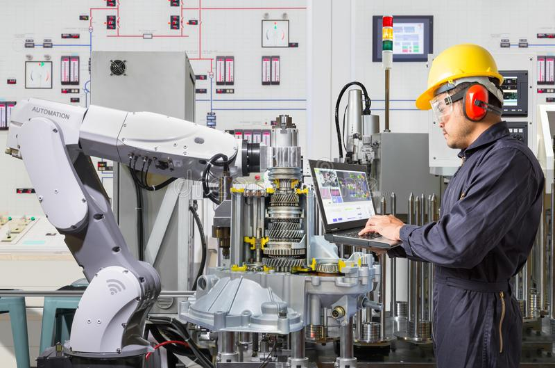使用便携式计算机的工程师为维护机器人产业 免版税图库摄影