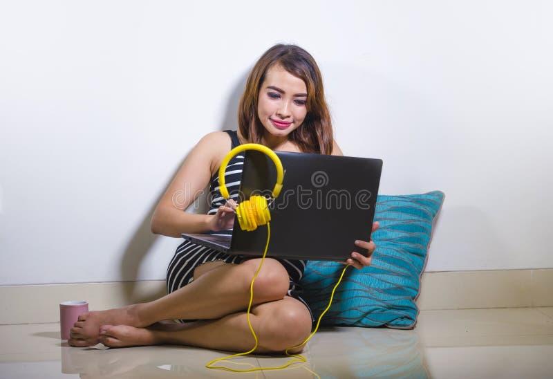 使用便携式计算机worki的美丽和愉快的自由职业者妇女 免版税库存图片
