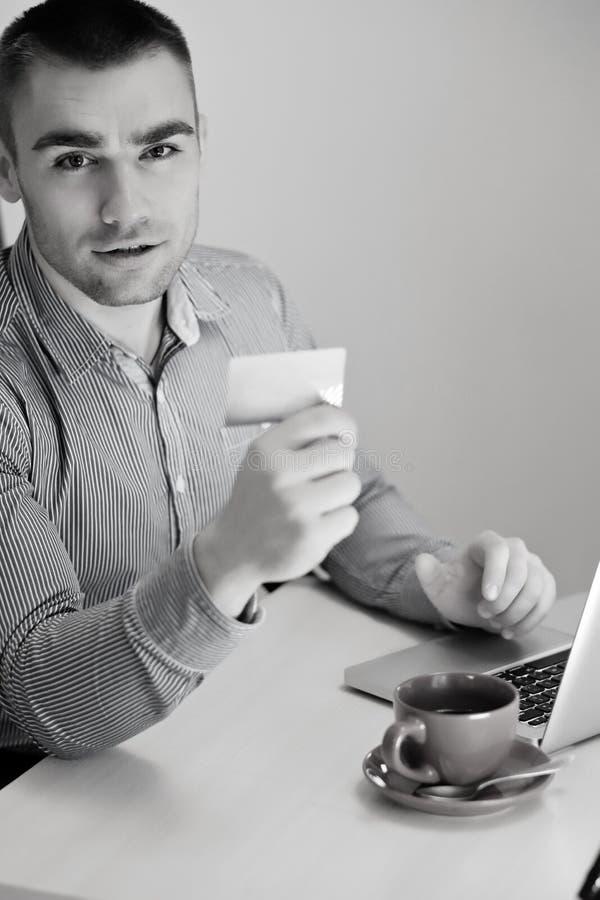 使用信用卡和膝上型计算机的人购物 图库摄影