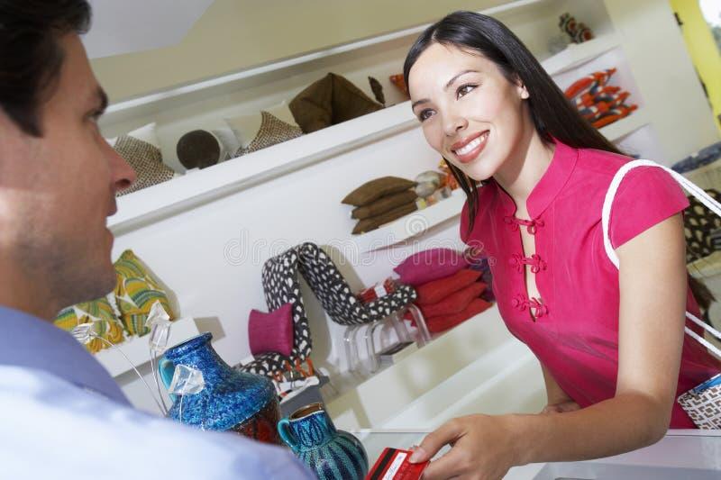 使用信用卡的妇女为购买的付款 库存照片
