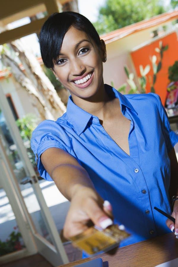 使用信用卡的妇女 免版税图库摄影