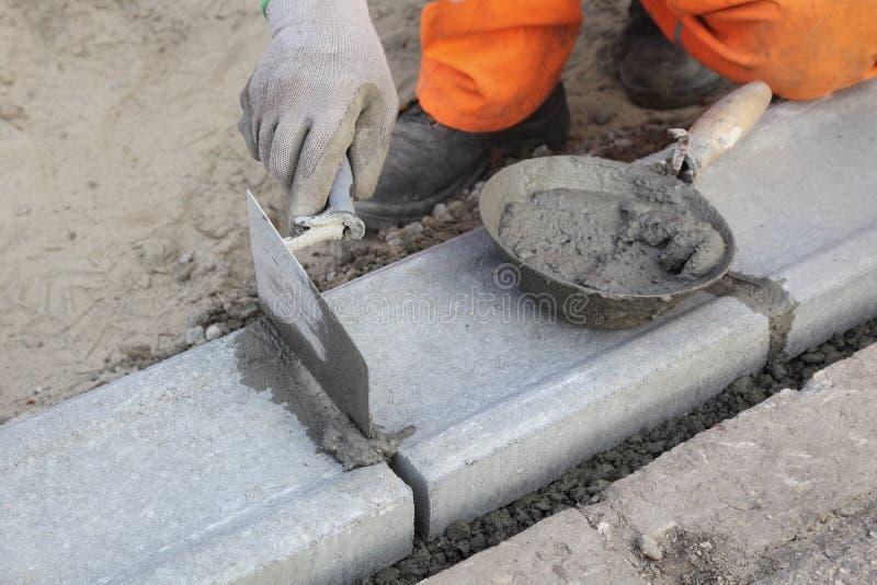 使用修平刀的泥工 库存图片