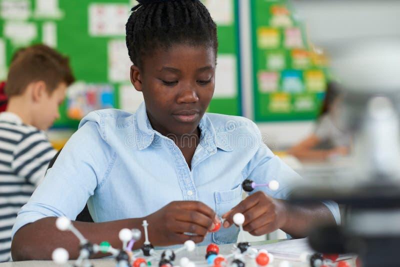 使用分子式样成套工具的母学生在科学教训 免版税库存图片