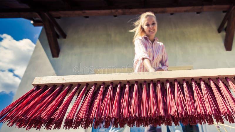 使用刷子笤帚的妇女清洗的露台 库存照片