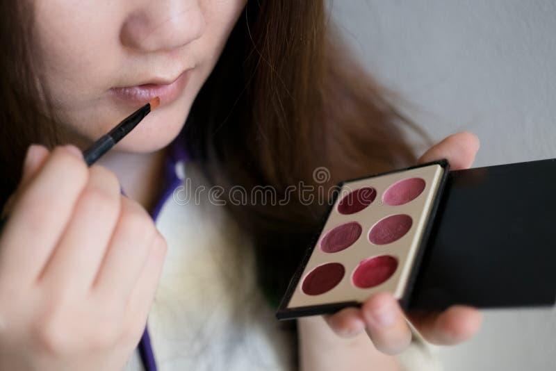 使用化妆用品的女孩 免版税库存照片