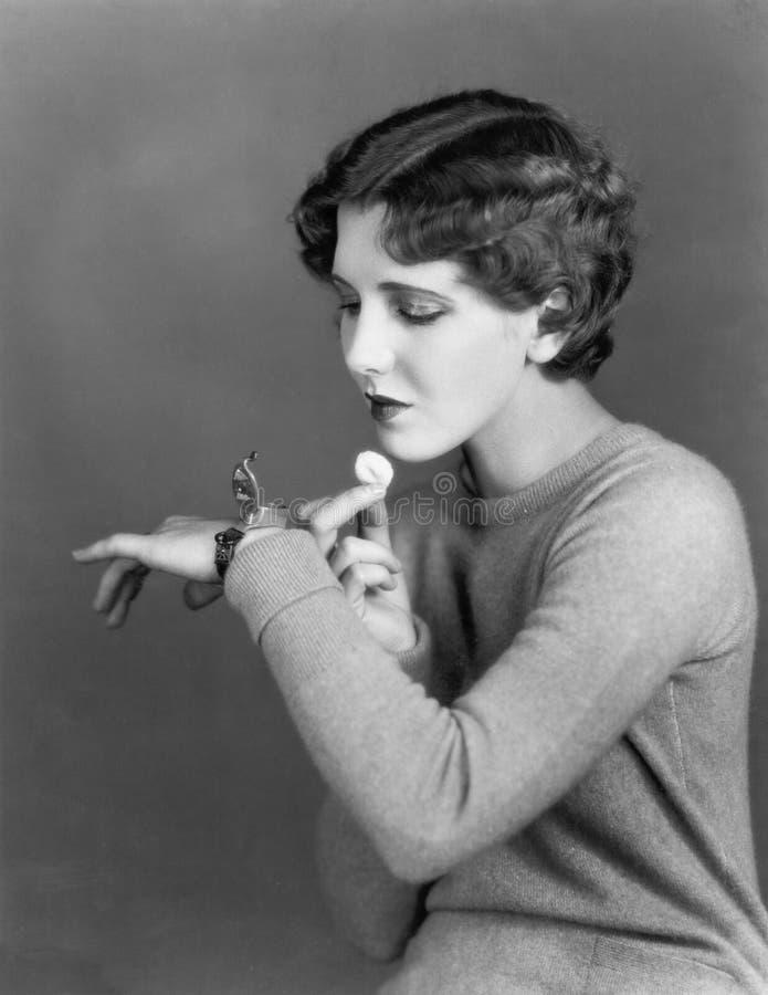 使用化妆箱的妇女佩带在腕子(所有人被描述不更长生存,并且庄园不存在 供应商保单tha 免版税库存照片