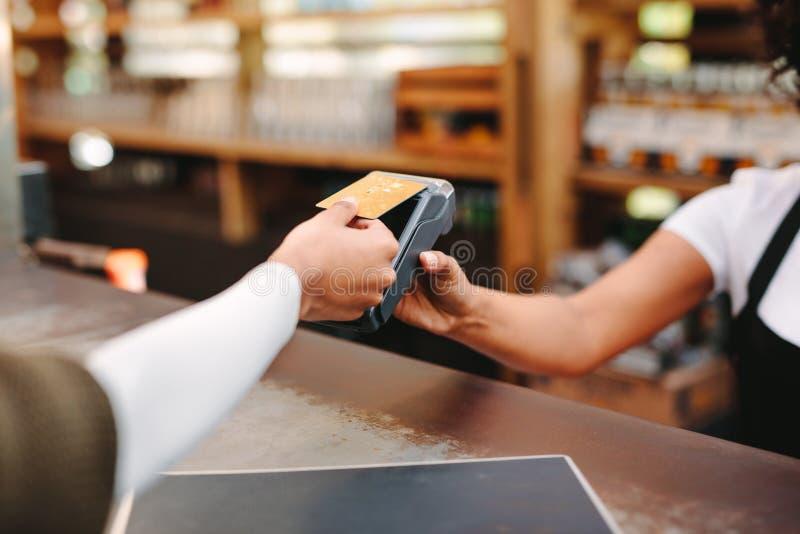 使用卡片的顾客付帐 免版税图库摄影