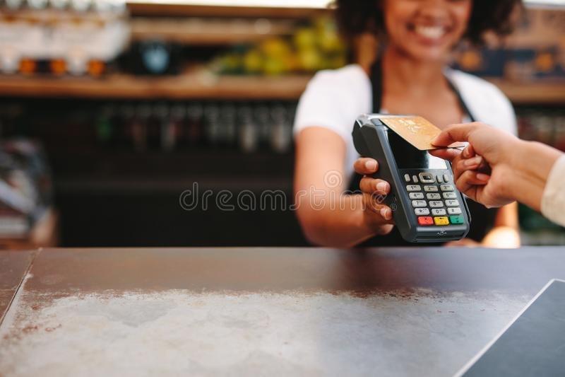 使用卡片的顾客付帐 库存照片