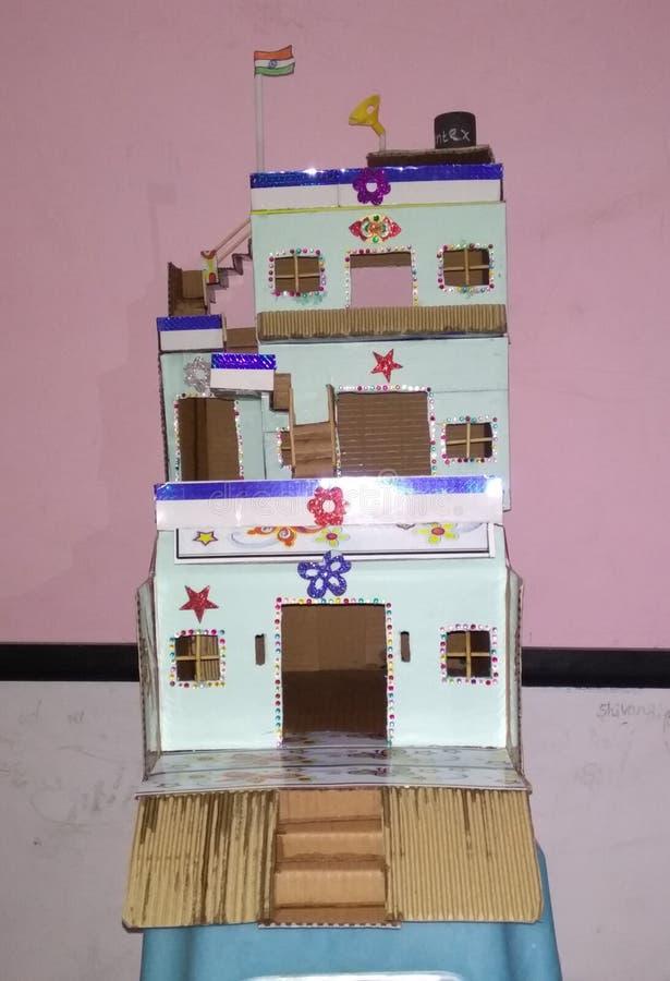 使用卡纸板和废料被做的非常美好的手工制造艺术 库存例证