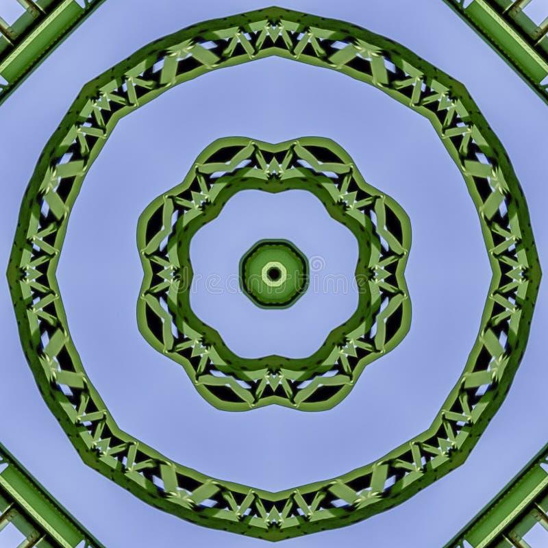使用反射被创造的正方形繁忙的圆绿色金属棒在从桥梁的圆形在加利福尼亚 免版税库存图片