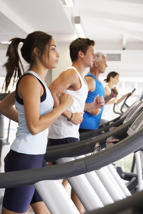 使用另外健身房设备的人 免版税库存图片