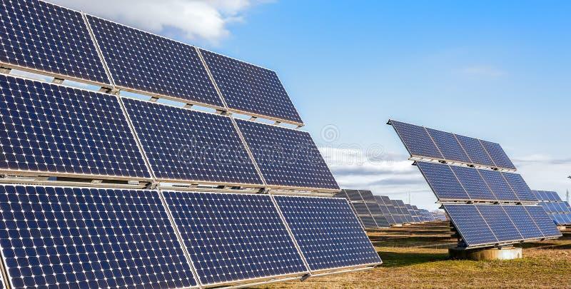 使用可再造能源的太阳能发电厂与太阳 免版税库存照片