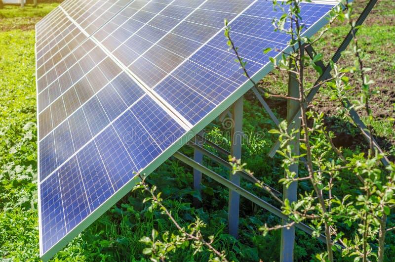 使用可更新的太阳能的能源厂与太阳 库存照片