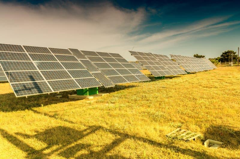 使用可更新的太阳能的能源厂与太阳 免版税图库摄影