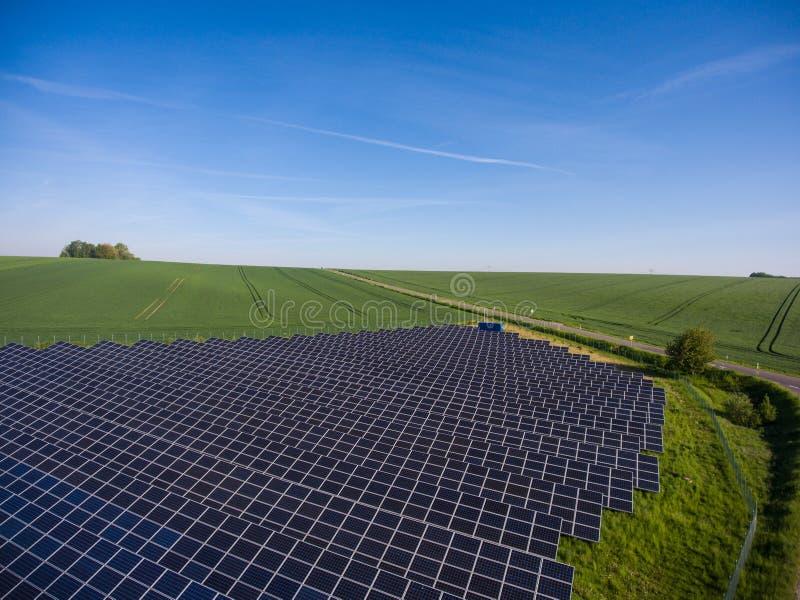 使用可更新的太阳能的能源厂与太阳 免版税库存照片