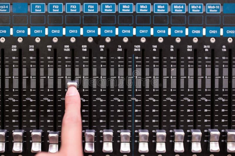 使用合理的音乐搅拌器控制板的手 免版税库存图片