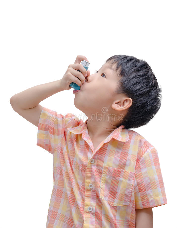 使用吸入器的亚裔男孩 免版税库存照片