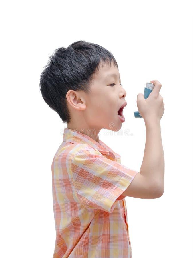 使用吸入器的亚裔男孩 库存照片