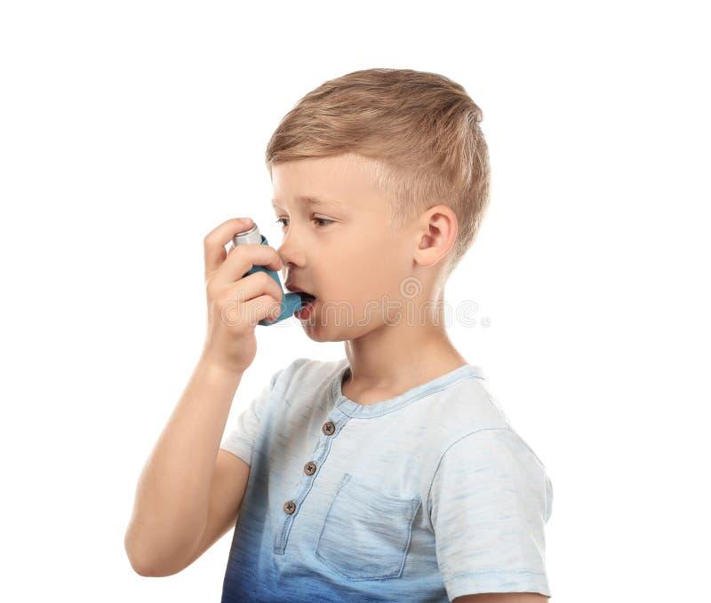 使用吸入器的小男孩在白色背景 r 库存照片