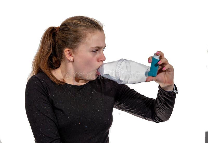 使用吸入器的少女为哮喘 免版税库存照片